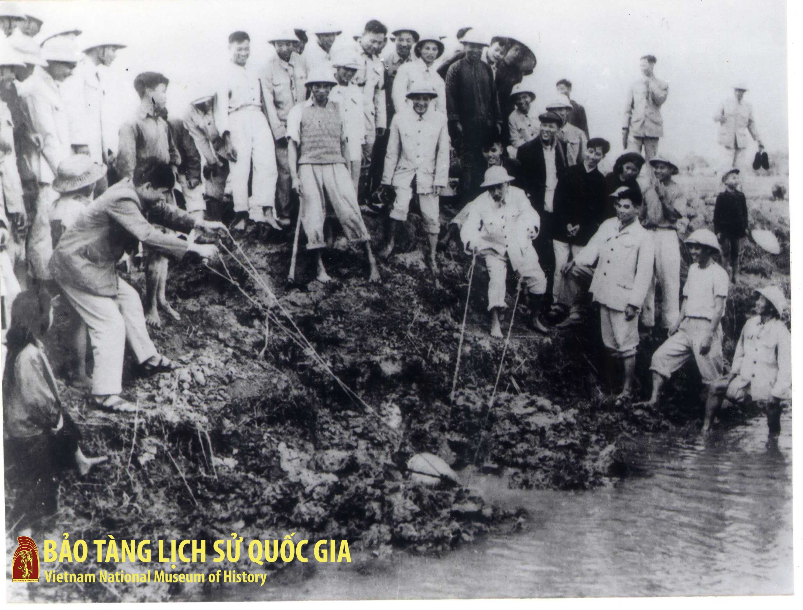 President Ho Chi Minh bailing flood water with farmers of Ta Thanh Oai village