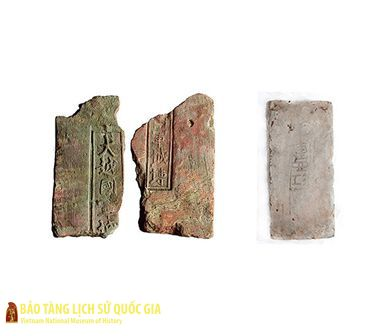 "Bricks with inscriptions ""Dai Viet Quoc quan thanh chuyen"" and ""Giang Tay quan"""